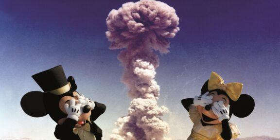 Topolino e Minnie si fanno il selfie dietro il fungo atomico nell'opera di digital art di Max Papeschi