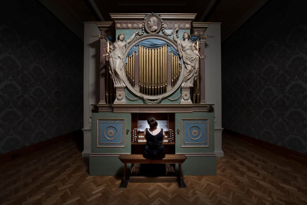 Ragnar Kjartansson, The Sky in a Room, 2018 / Performer, organ and the song Il Cielo in una Stanza by Gino Paoli (1960)  / Commissioned by Artes Mundi and Amgueddfa Cymru – National Museum Wales and acquired with the support of the Derek Williams Trust and Art Fund / Courtesy of the artist, Luhring Augustine, New York and i8 Gallery, Reykjavik / Ph: Hugo Glendinning