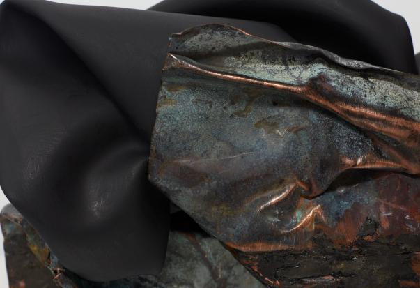Bronzo e pelle dipinta. L'aria di New York soffia su Milano: la scultura di Kennedy Yanko in una prima d'autore