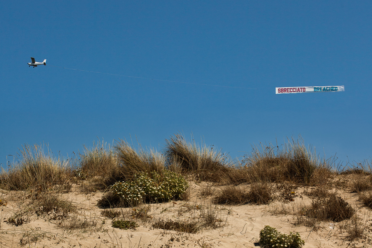Le foto della mostra in cielo di Lawrence Weiner. Tracce, immagini dal litorale romano