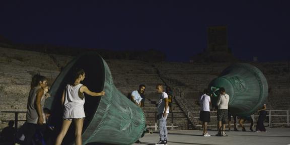 Mircea Cantor, Il suono del mio corpo è la memoria della mia presenza, Teatro Greco di Siracusa (foto di scena di Gianni Luigi Carnera)