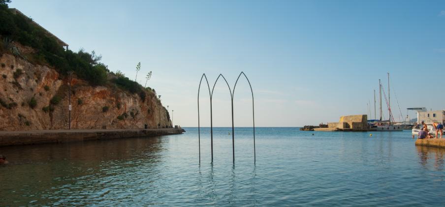 Profili gotici sospesi nell'acqua. Le Arcate di Friedrich Andreoni si ergono nell'Adriatico salentino