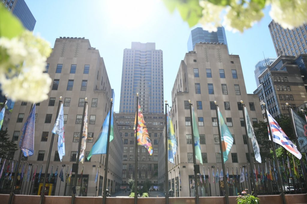 Da Jeff Koons a Marina Abramović:  200 bandiere d'artista sventolano al Rockefeller Center di New York