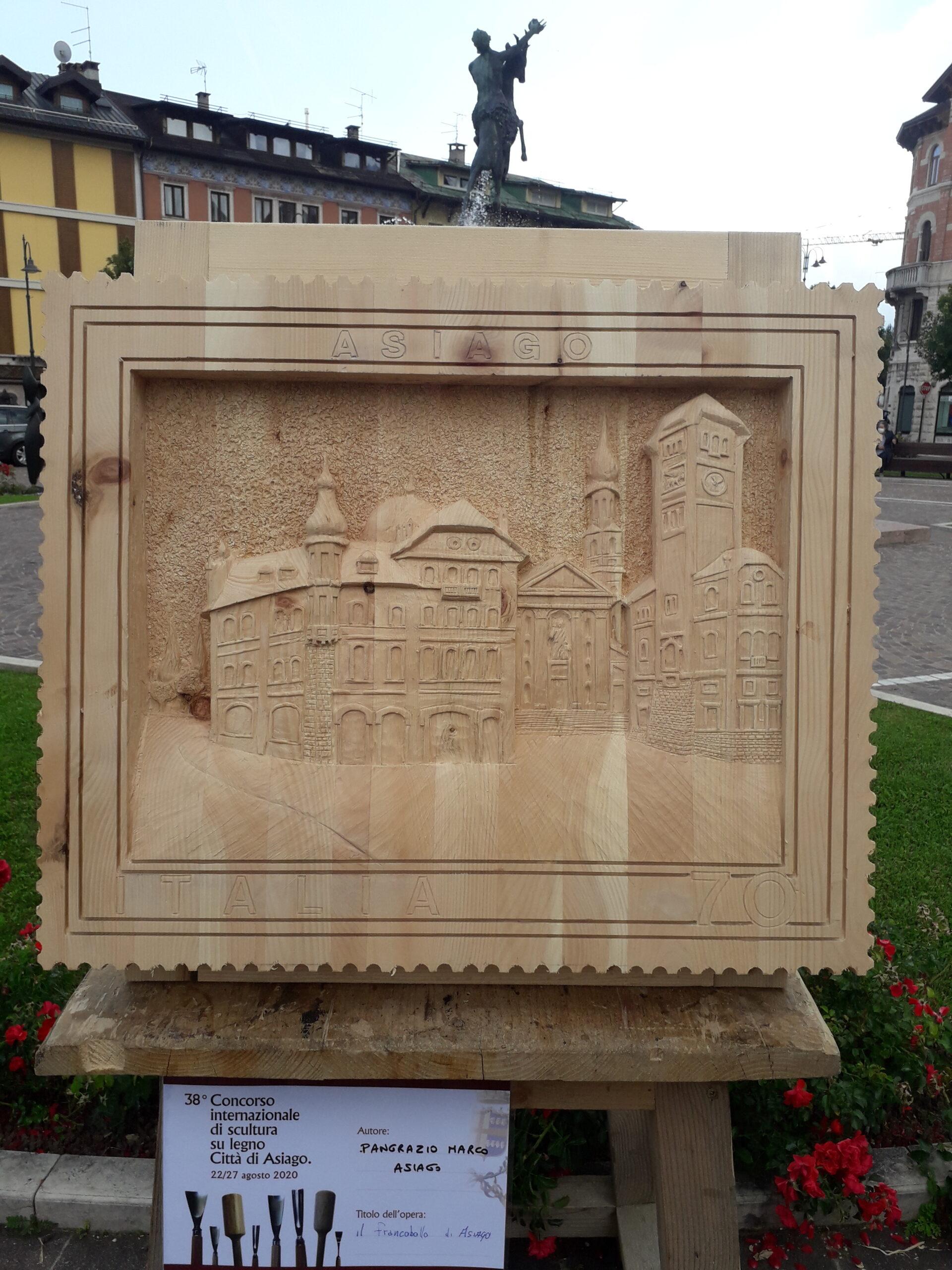 Marco Pongrazio scolpisce su legno il francobollo di Asiago