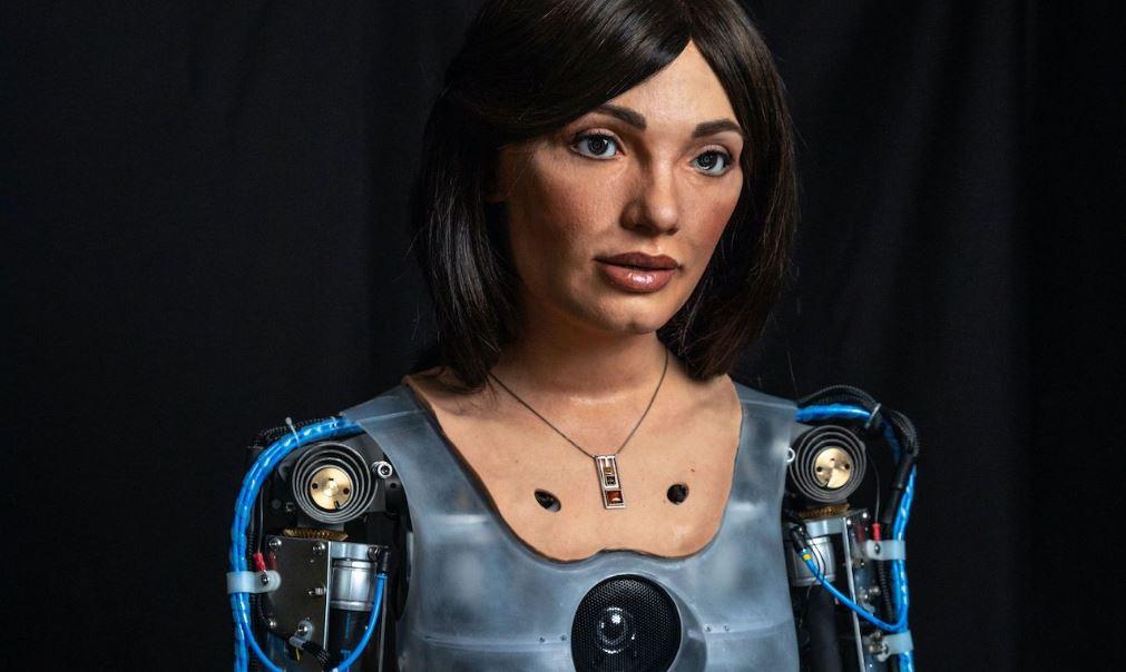 Un robot-artista ha la sua prima mostra personale a Londra. Si chiama Ai-Da e riflette sul tardo-capitalismo