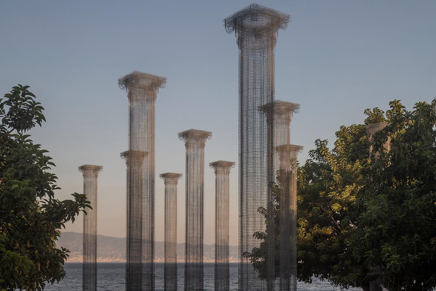 Lievi e aeree colonne. Immagini della nuova installazione di Edoardo Tresoldi in Calabria