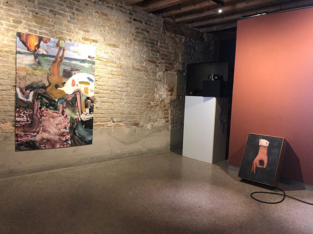 Exhibition view. In basso a destra, _Higutus Figitus_.