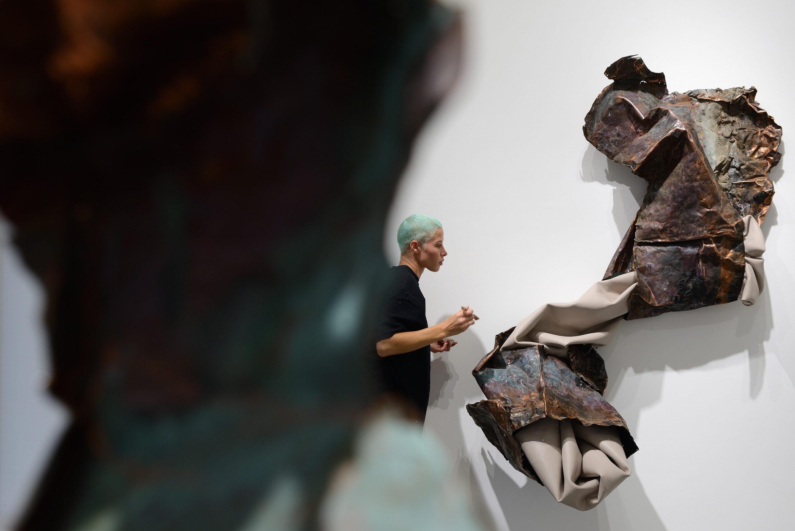 Sculture di idee e materia. L'astrazione di Kennedy Yanko in mostra alla Galleria Poggiali, Milano