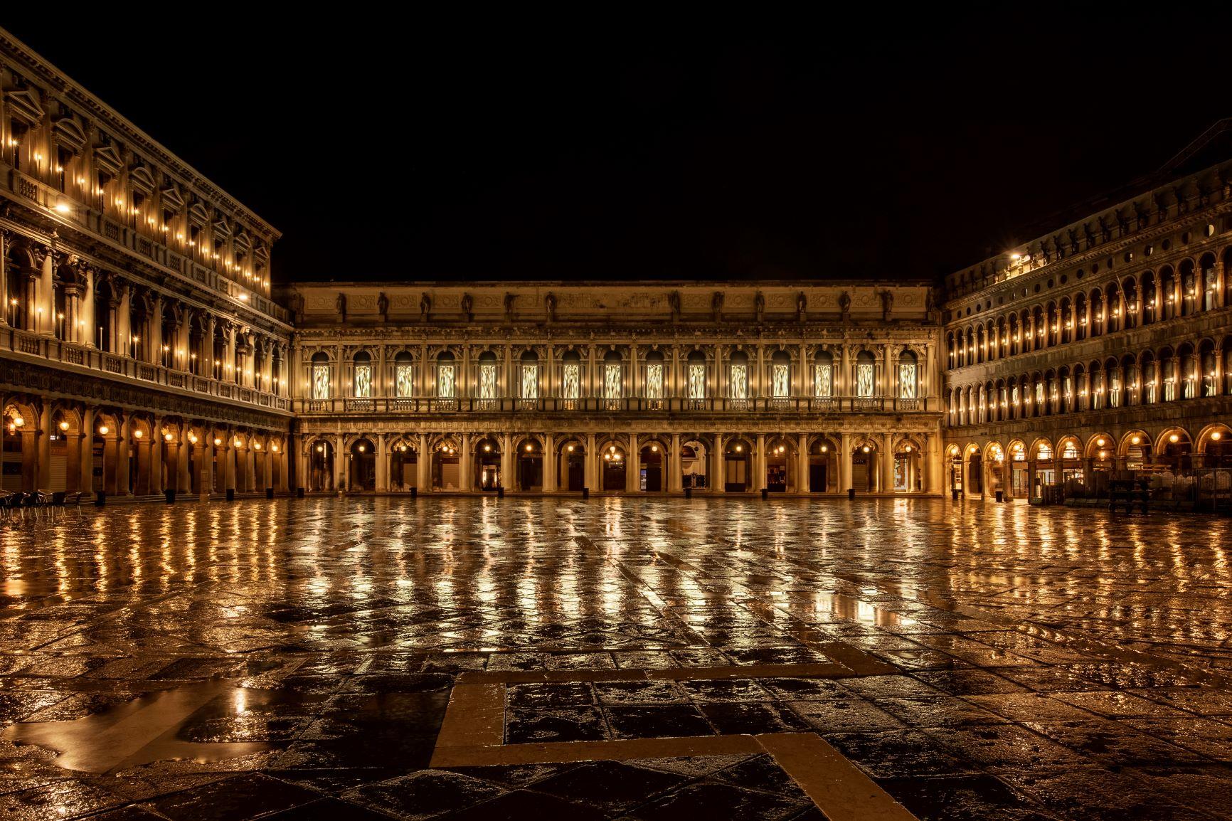L'oro di Bisanzio scorre in Piazza San Marco. L'opera omaggio di Fabrizio Plessi a Venezia