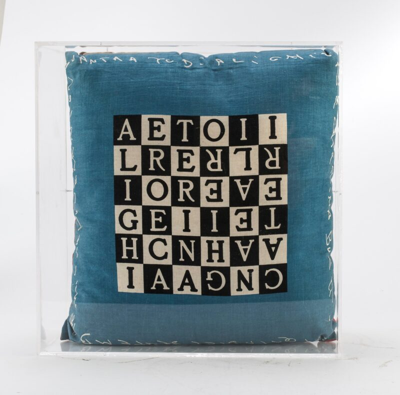 Lotto 63 - Alighiero Boetti (Torino 1940 - Roma 1994), Caterina e Alighiero, 1990, cuscino stampato, cm. 55 x 48 x 15. In teca di plexiglass. Stima 2.000-3.000 euro