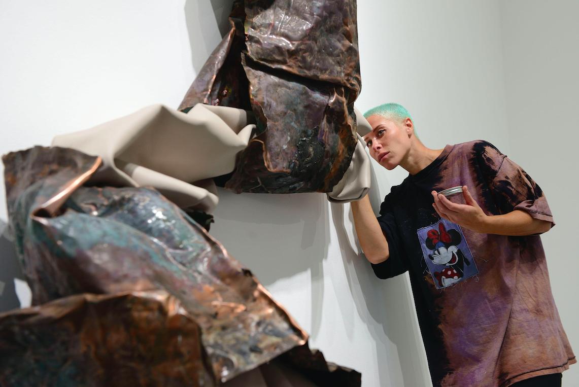 Come il metallo assorbe la musica: la prima italiana di Kennedy Yanko, a Milano