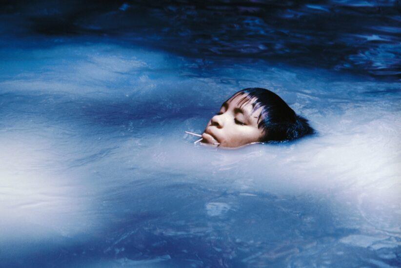 Triennale Milano Claudia Andujar La giovane Susi Korihana theri mentre nuota, pellicola a infrarossi. Catrimani, Roraima 1972-74. © Claudia Andujar