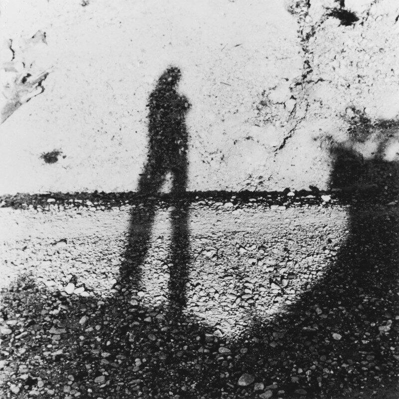 Ritratto dell'artista come ombra sul muro, 1957-1975. Fotografia in bianco e nero. Collezione privata, Milano