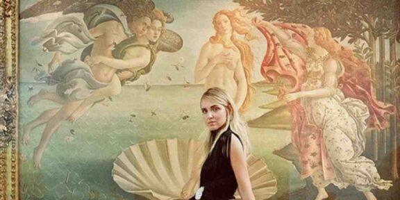 Chiara Ferragni davanti alla Nascita di Venere di Botticelli