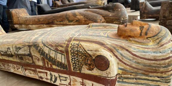 I sarcofagi policromi ritrovati a Saqqara (foto Mohamed Muslemany, NBCnews)