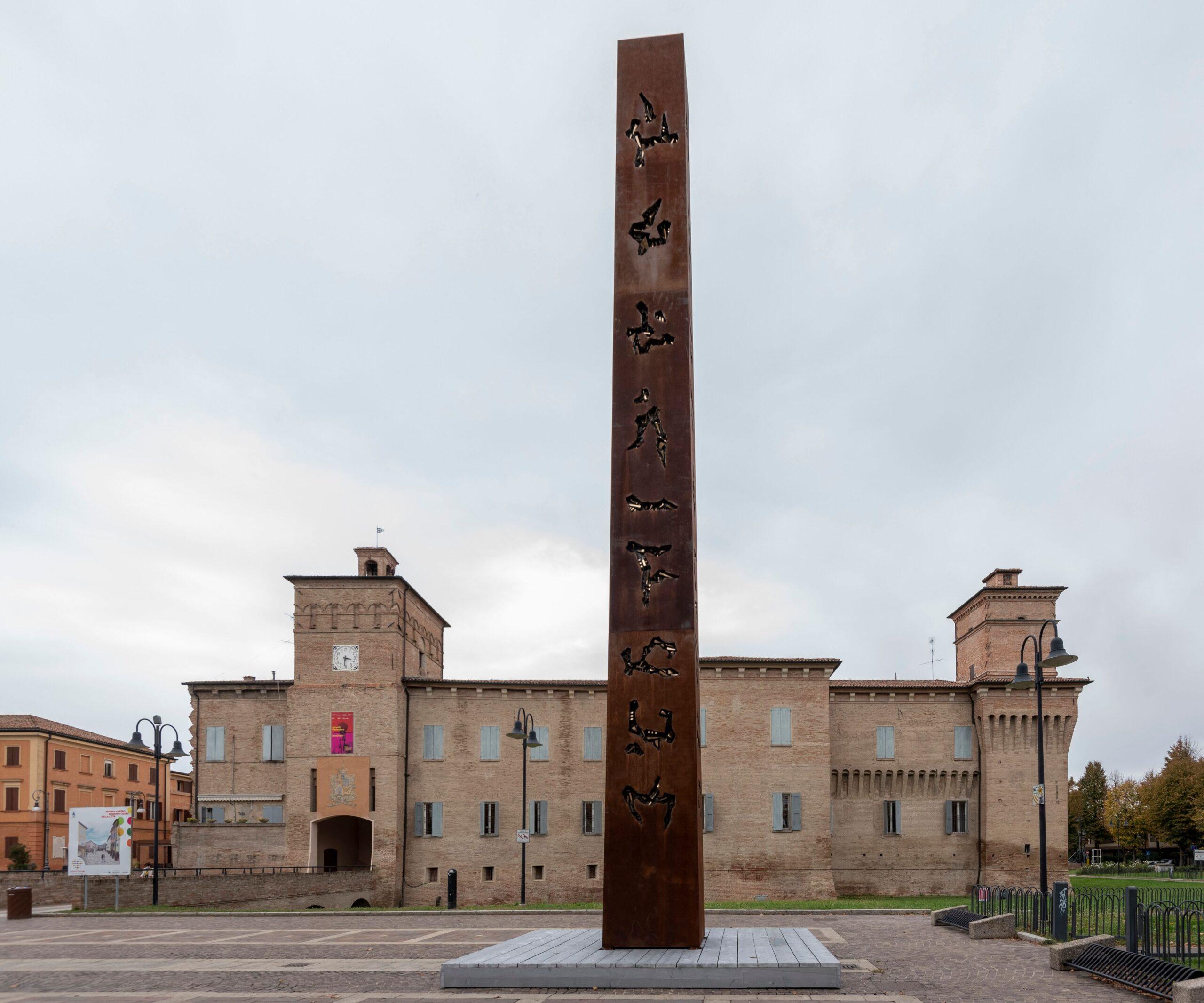 Il monumentale Obelisco per Cleopatra di Pomodoro domina Soliera. Il borgo celebra lo scultore
