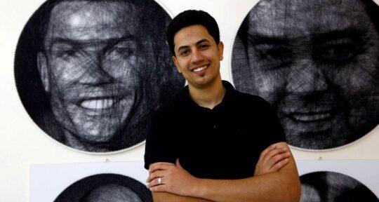 Saeed Hwaidi con il ritratto di Cristiano Ronaldo (foto merdeka.com)