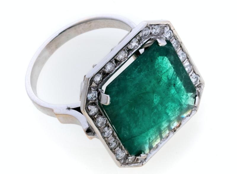 Lotto 492 - anello in oro bianco 18 kt., impreziosito con smeraldo centrale taglio rettangolare e contorno con brillanti. Smeraldo ct. 8.00/9.00 ca., brillanti ct. 0.50, peso complessivo gr. 6,90. Stima 2.000-2.500 euro
