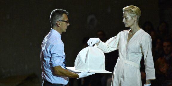 Romaison -Tilda-Swinton-e-Olivier-Saillard-performance-The-Impossible-Wardrobe-Parigi-Palais-de-Tokyo_-ph-credit-Piero-Biason