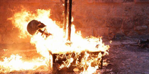 Santiago Sierra La quema del Ninot