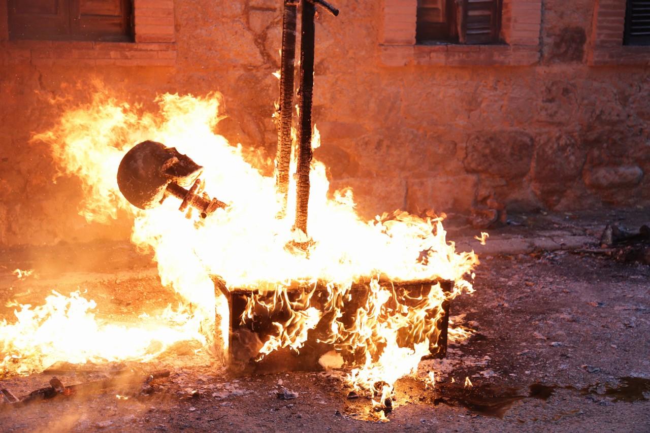 Re Felipe VI brucia nel giorno della Festa Nazionale Spagnola, il documento storico di Santiago Sierra