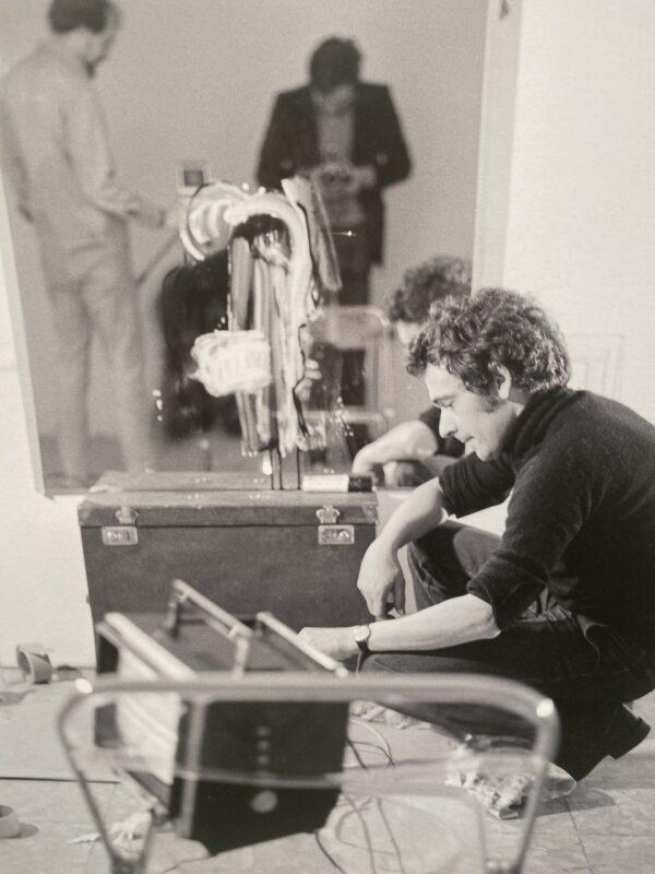 Jean Otth con Bill Viola e Gianni Melotti riflessi nello specchio durante la registrazione di un videotape art/tapes/22, 1975 Stampa Giclée, Archivio Gianni Melotti