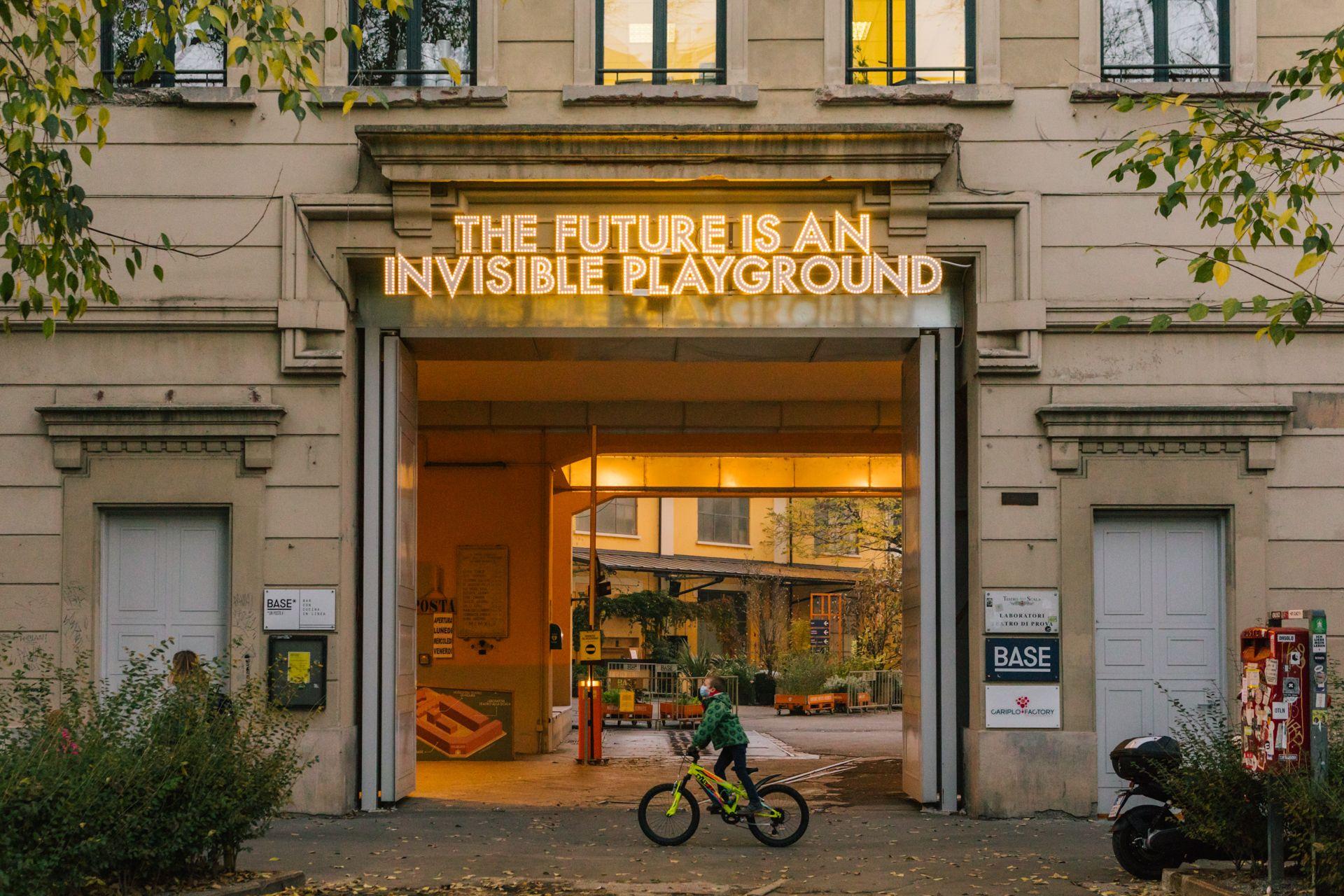 Il futuro è un parco giochi invisibile. Il poema luminoso di Montgomery a Base Milano