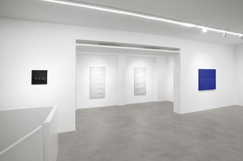 """Allestimento della mostra """"Turi Simeti. 1960-2020"""" alla Dep Art Gallery di Milano"""