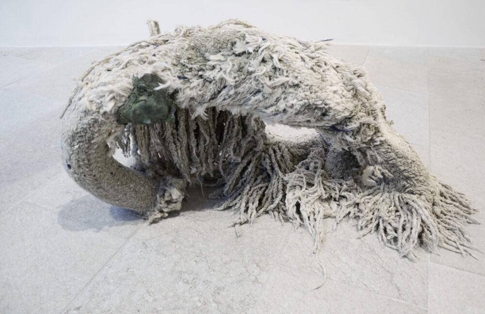 Graziano Folata, Ondina, 2018-2020 – bronzo, cime di nave frangiate dal mare, dimensioni variabili – Courtesy l'artista & Marina Bastianello Gallery, ph. Mangione Simone Studio