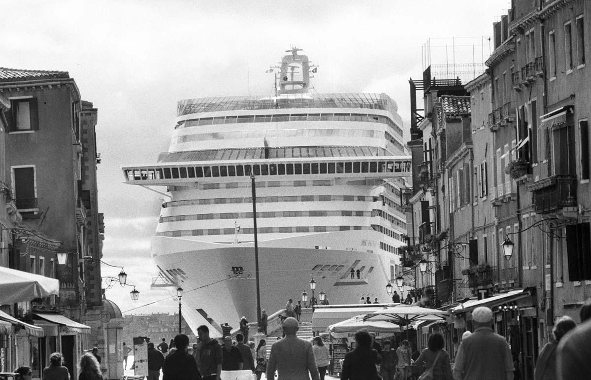 Stop alle grandi navi, o declassiamo Venezia. La minaccia dell'Unesco