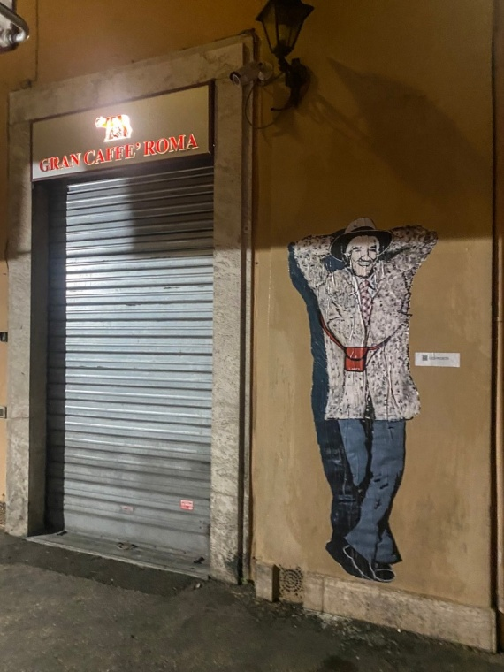 Gigi proietti in un murale di Laika