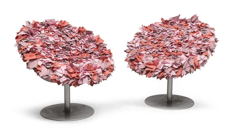 Lotto 281 - Coppia di poltrone, Moroso modello Bouquet anni '90 con struttura in metallo cromato, sedile formato da un bouquet di petali formati da quadrati di tessuto piegati manualmente e cuciti uno a uno. La scocca è a sagoma d'uovo. Misure cm. 77 x 83 x 83. Stima 1.200-1.800 euro