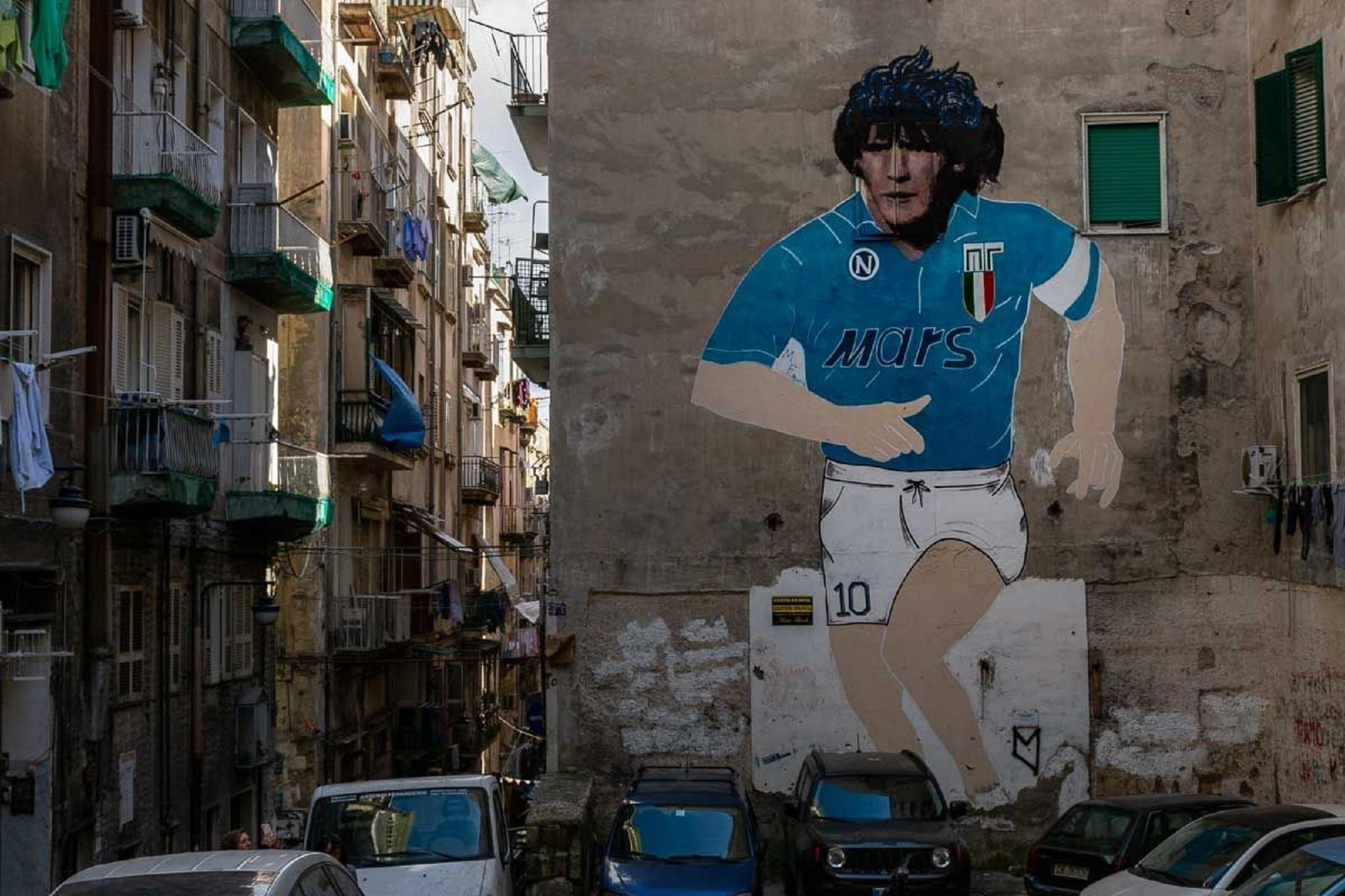 Maradona Re di Napoli. La storia dei murales diventati santuari del pibe de oro