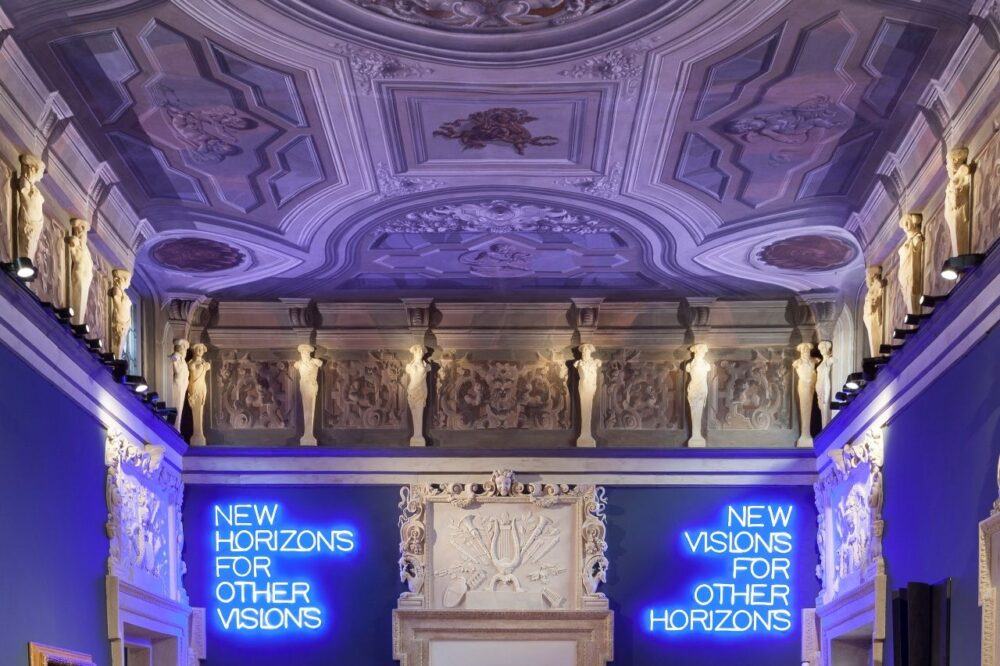 Maurizio Nannucci, New Horizons for Other Visions-New Visions for Other Horizions, 2020. Ingresso di Palazzo Maffei Casa Museo. Ph. Paolo Riolzi