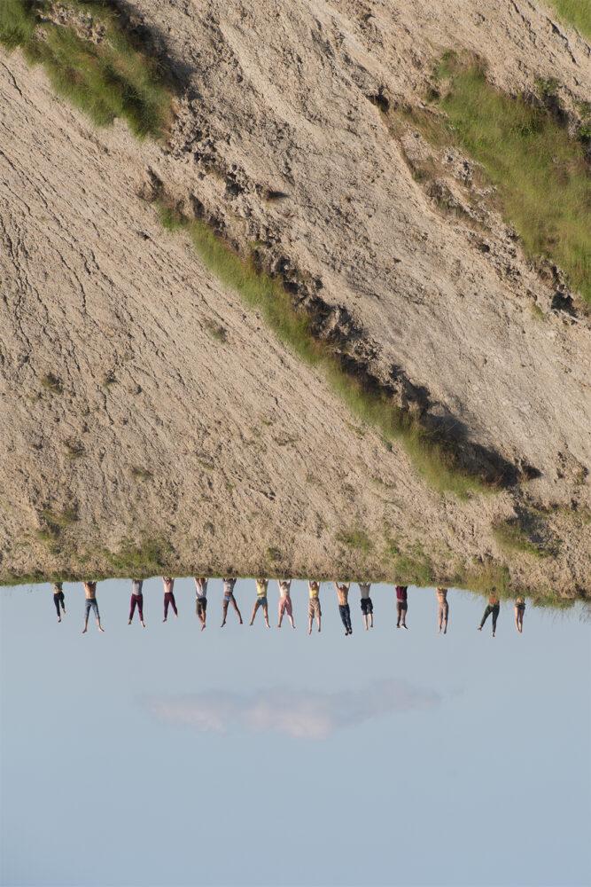 Virginia Zanetti, I Pilastri della Terra, scatto fotografico realizzato durante la performance collettiva, Calanchi di Sabbiuno, per Museo della Resistenza, Bologna