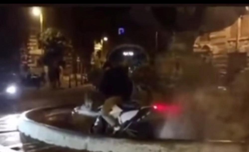 Roma, con lo scooter nella fontana storica. Il mistero del video diventato virale