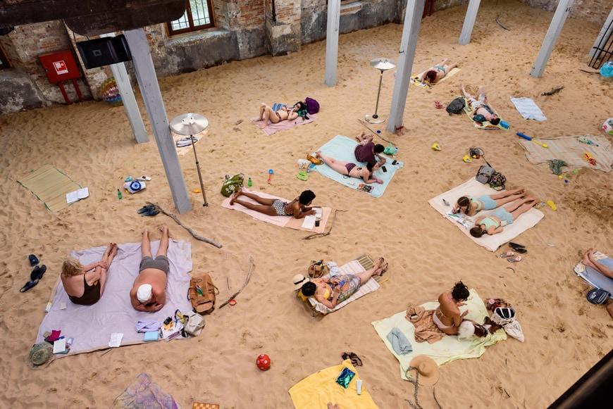 La spiaggia apocalittica della Biennale 2019 verrà riallestita in una piscina abbandonata vicino Berlino