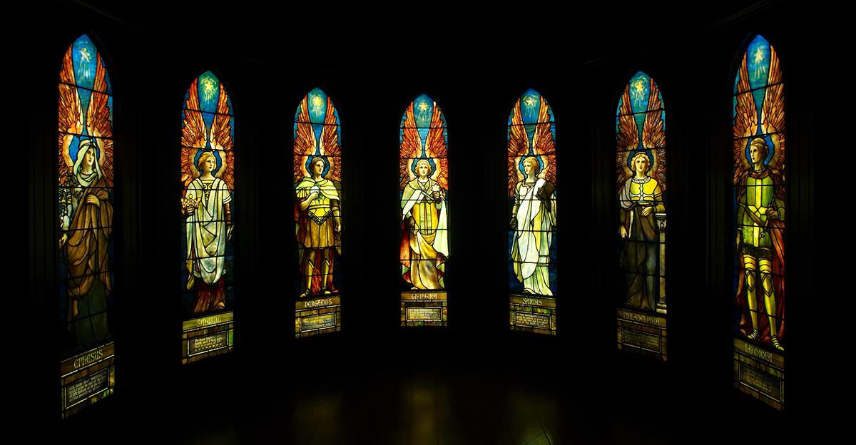 Sette finestre di Tiffany Studios riscoperte vendute all'asta per 705 mila dollari