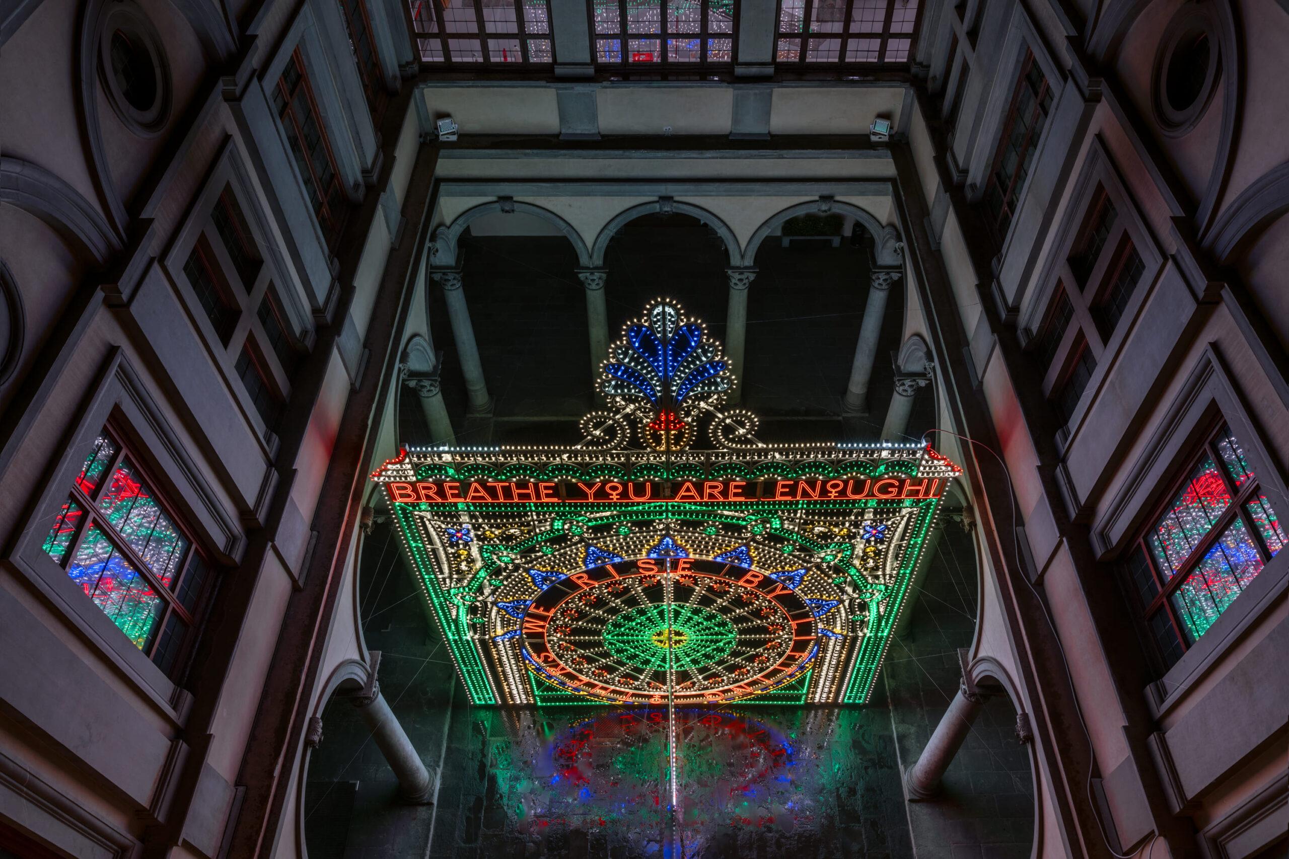 Ci eleviamo sollevando gli altri: le luminarie di Marinella Senatore a Palazzo Strozzi, Firenze
