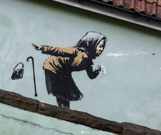 Ultimo murale di Banksy a Bristol raffigurante una nonnina che starnutisce