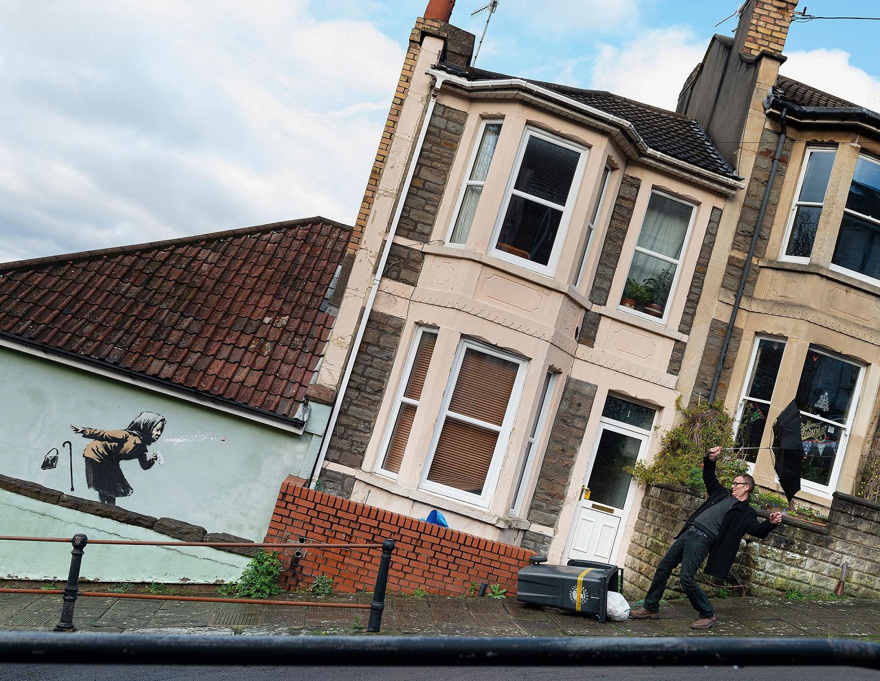 """Banksy, nuovo murale versione """"Covid"""" a Bristol. È lui nella foto?"""