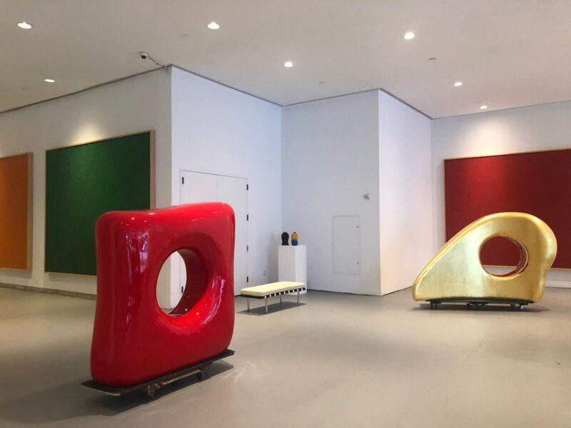 """""""Bone Form"""", smalto rosso su fibra di vetro, e """"T-Rex-i"""", con foglia d'oro, sono tra le sculture astratte di Mia Fonssagrives Solow alla Leila Heller Gallery. Si contrappongono ai dipinti di Miró di proprietà della Fondazione Solow."""