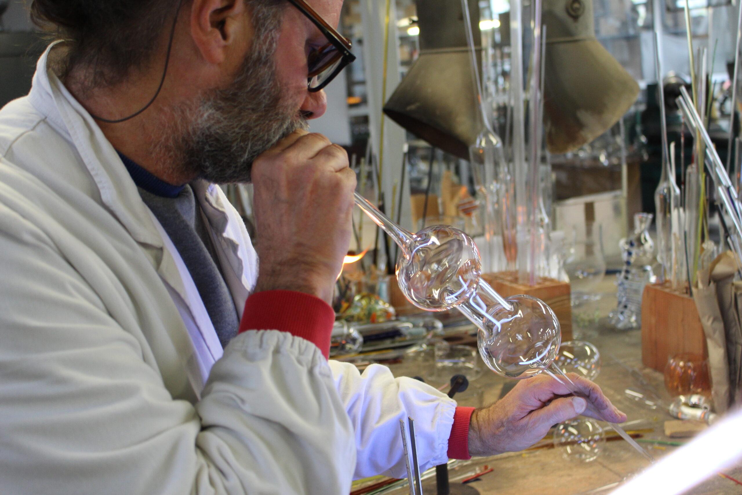 Il prestigiatore del vetro soffiato Massimo Lunardon in mostra a Mantova