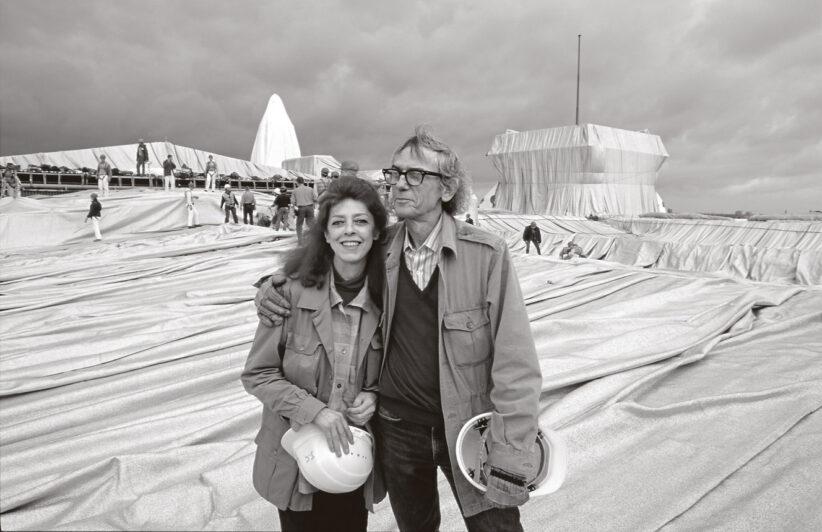 Christo and Jeanne-Claude während der Installation des Verhüllten Reichstages, Berlin 1995. Foto: Wolfgang Volz