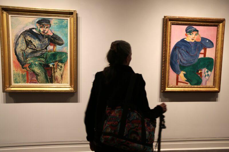 """Nel 2018, il Metropolitan Museum of Art ha mostrato """"Young Sailor I"""", a sinistra, un 1906 Matisse acquistato anonimamente da Sheldon Solow nel 1979 per 1,6 milioni di dollari, insieme a """"Young Sailor II."""" Il New York Times ha detto che la vendita """"ha riscritto il record dell'asta per l'arte del XX secolo e ha fissato un nuovo picco per qualsiasi dipinto diverso da un vecchio maestro."""