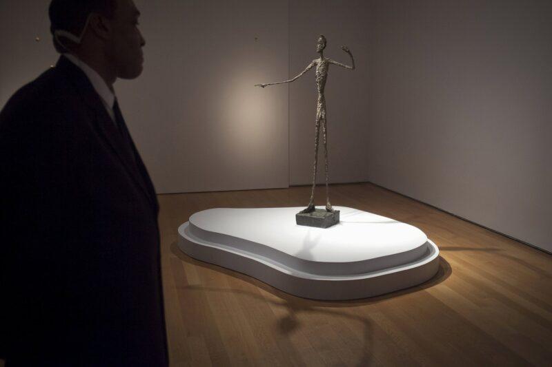 """""""L'Homme Au Doigt"""" (""""Pointing Man"""") di Alberto Giacometti da Christie's nel maggio 2015. La scultura del 1947 fu venduta anonimamente da Solow per 141,3 milioni di dollari"""