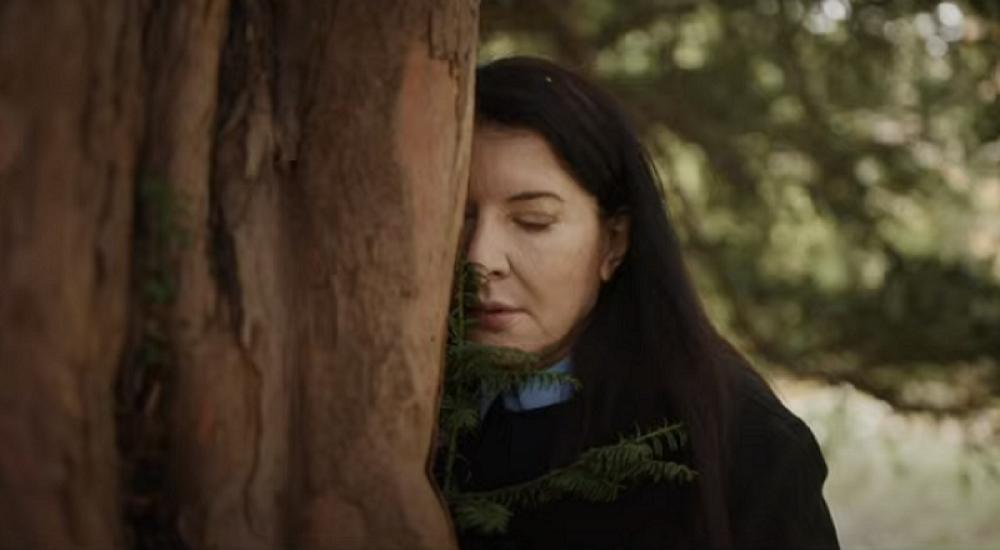 Marina Abramovic si lamenta con un albero