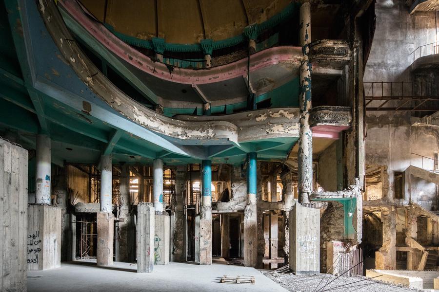 Una performance nel grande teatro abbandonato di Beirut