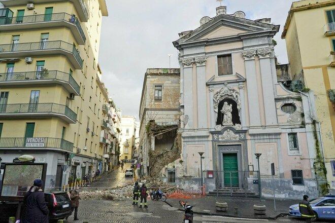 A Napoli è crollata la facciata di una chiesa del seicento