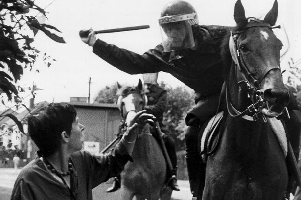 La battaglia di Orgreave, 1984: la polizia a cavallo carica i minatori che protestano